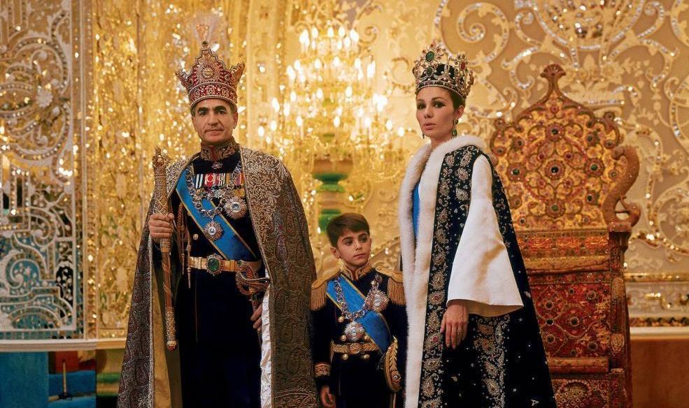 A Família Imperial do Irã, em fotografia de 1967: o Xá Mohammad Reza Pahlavi, a Imperatriz Farah Diba e o Príncipe Imperial do Irã, Reza Pahlavi (Universal History Archive/Getty Images)