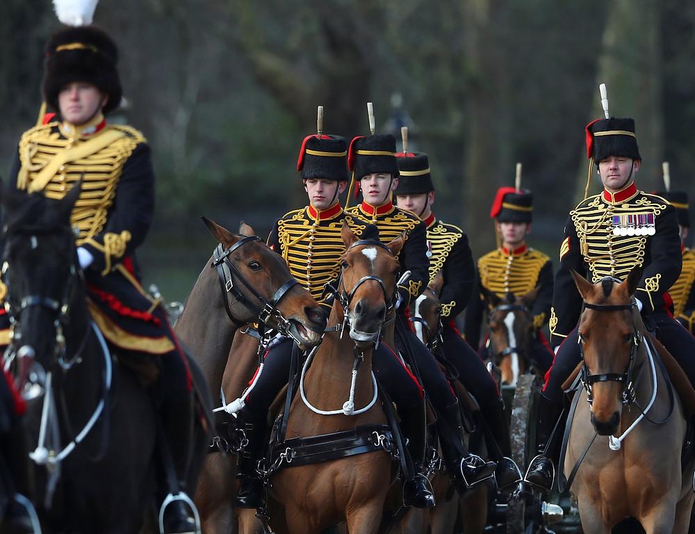 Membros da Artilharia Real durante celebrações pelos 66 anos de reinado da Rainha Elizabeth 2ª, em Londres (Foto: Hannah McKay/Reuters)