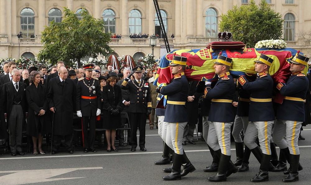 Da esquerda para a direita, na plateia, à frente, o Príncipe Charles, os Reis da EspanhaSofia e Juan Carlos I, o Grão Duque Henri de Luxemburgo e os Reis da Suécia, Sílvia e Carl Gustaf XVI