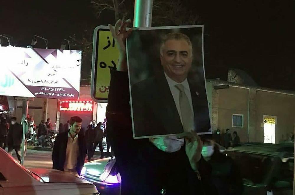 Manifestante levanta cartaz com foto do Príncipe Herdeiro (Reprodução/Royal Central)