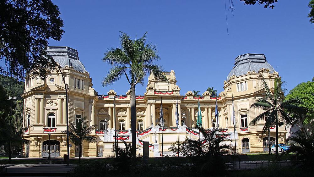 """O Paço Isabel hoje, após reformas feitas durante a República. Sede do governo fluminense, ele é atualmente conhecido como """"Palácio Guanabara"""" (Reprodução/Wikimedia Commons)"""