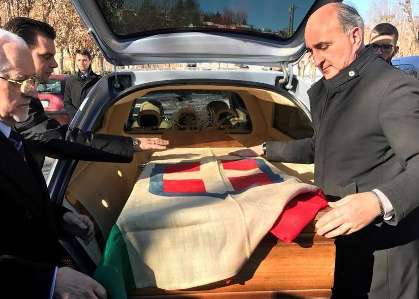 O caixão de Vitor Emanuel III, coberto pela bandeira do Reino da Itália