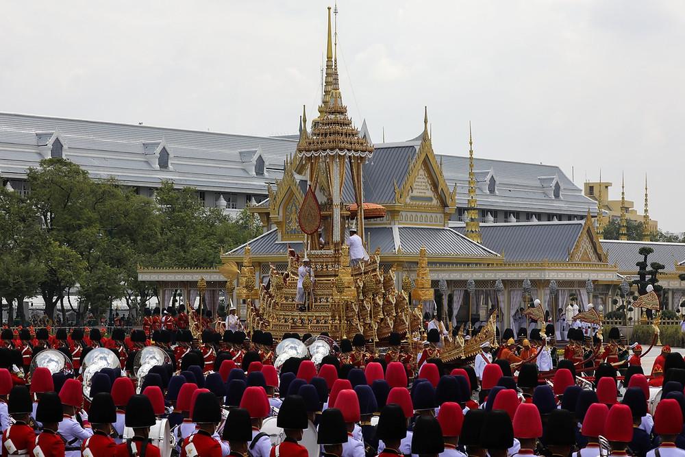 Carruagem carregando a urna real chega para cerimônia de cremação em local próximo ao Palácio de Bangcoc nesta quinta-feira (26) (Foto: Reuters/Athit Perawongmetha)