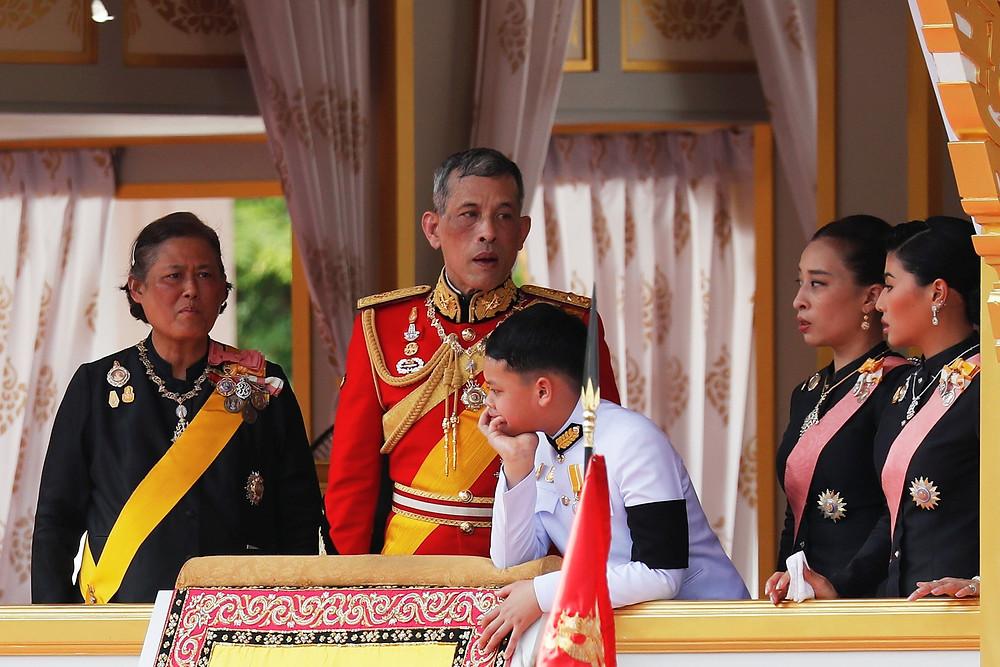 Rei Maha Vajiralongkorn, filho único do rei Bhumibol, e outros membros da família real participam de funeral nesta quinta-feira (26) no Frande Palácio em Bangcoc (Foto: Reuters/Damir Sagolj)