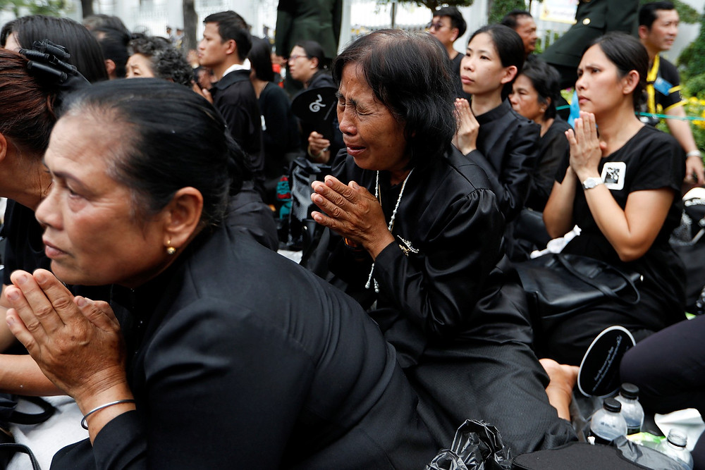 Tailandeses participam de funeral do rei Bhumibol nesta quinta-feira (26) em Bangcoc (Foto: Reuters/Jorge Silva)