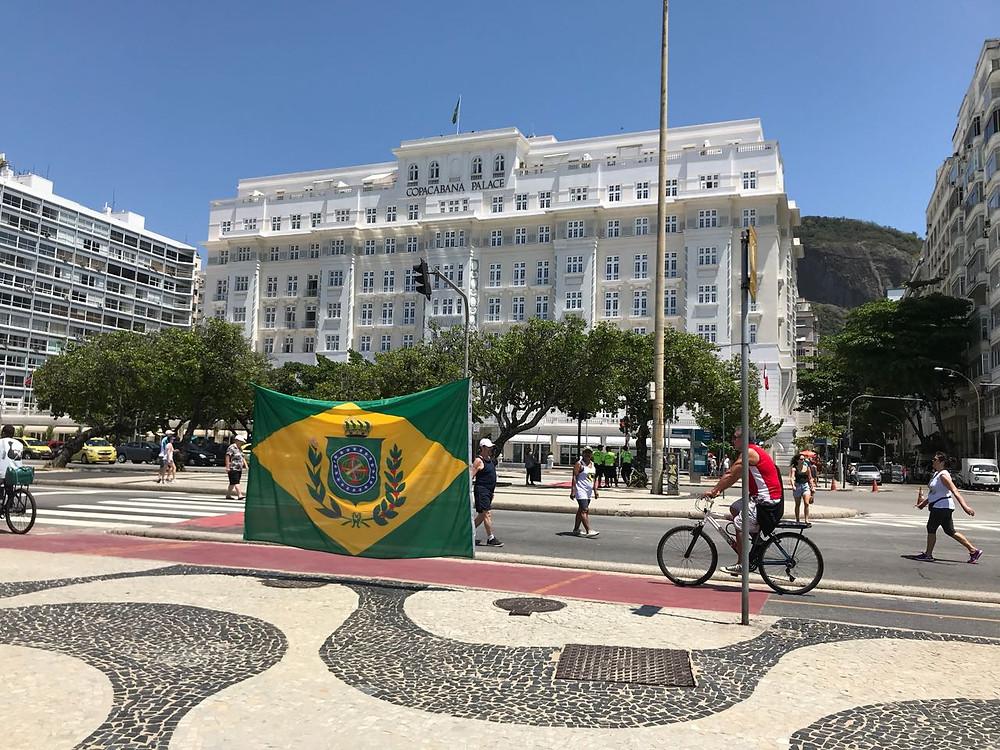 Bandeira do Império do Brasil, colocada em frente ao Copacabana Palace.