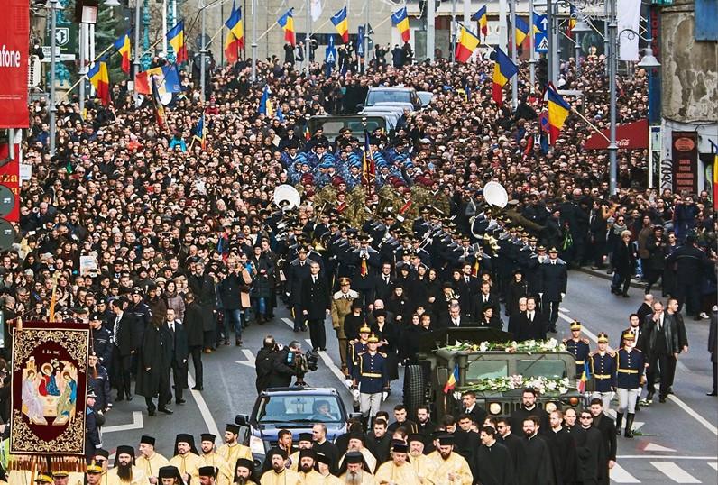 Grande público acompanhou a procissão, que seguiu pelas ruas de Bucareste