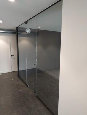 Glazen wand met deur