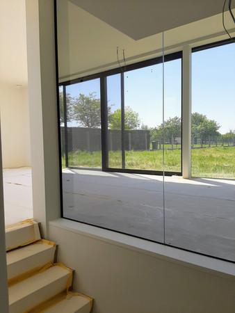 Wand in grijs glas