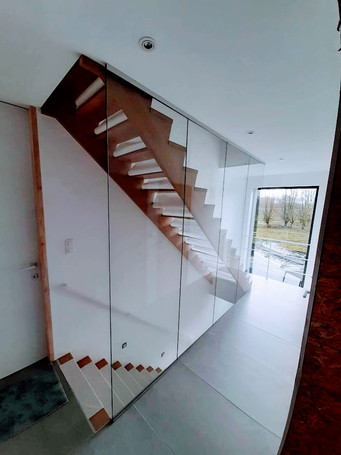 Wand aan trap in gelaagd glas