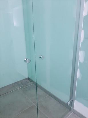 Dubbele douchedeur met douchewanden in gelakt glas