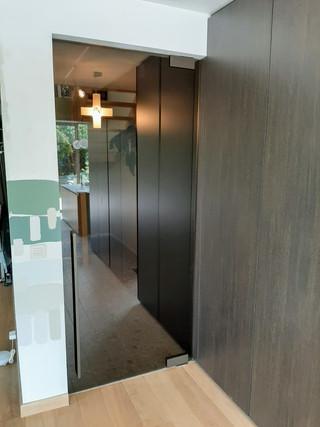 Glazen deur in brons glas