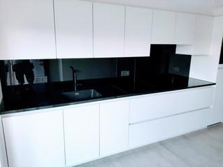 Glazen spatwand RAL 9005 (zwart)