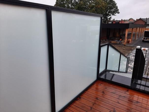 Terrasscherm en trapleuning in glas