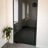 Grijze glazen deur