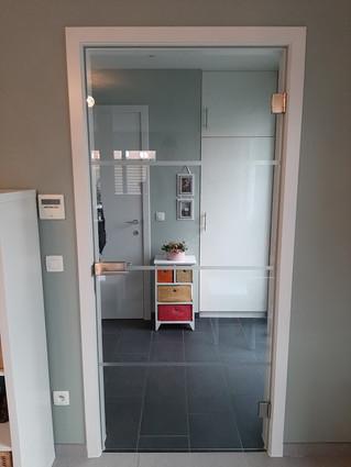 Glazen deur in deurkast
