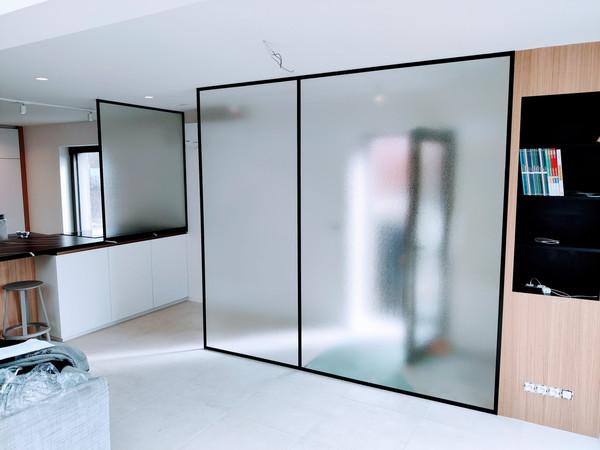 Glazen wand in steellook met Crepi glas