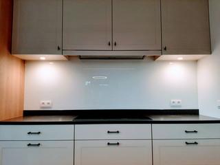 Glazen spatwand in RAL9010 (wit)
