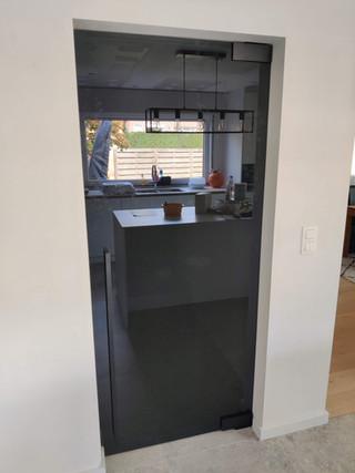 Glazen deur in grijs glas