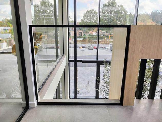 Glazen balustrade in steellook