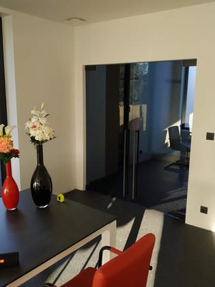 Dubbele glazen deur in grijs glas