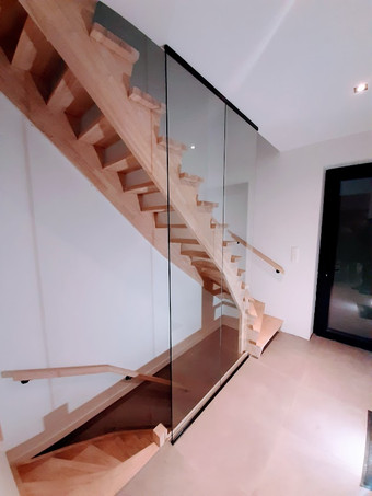 Glazen wand naast trap