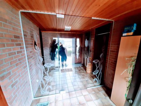 Glazen wand met deur en zandstraling