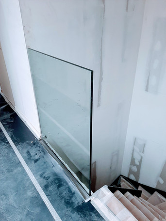 Glazen balustrade aan trap