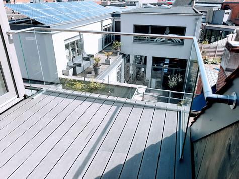Glazen balustrade afgewerkt met handrail