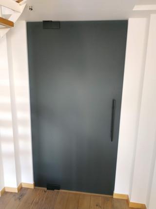 Glazen deur grijs gezuurd