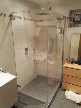 Heldere douchewand en douchedeur