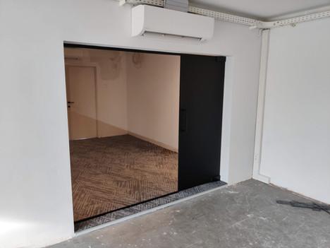 Glazen wand in kantoorruimte