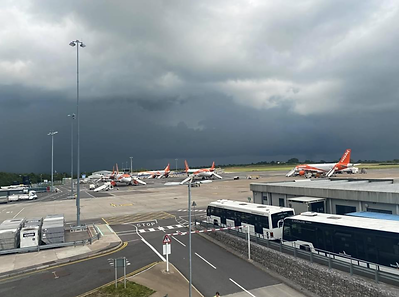 Massive thunderstorm 3 planes in holding including Ryanair fight from Dublin.PNG