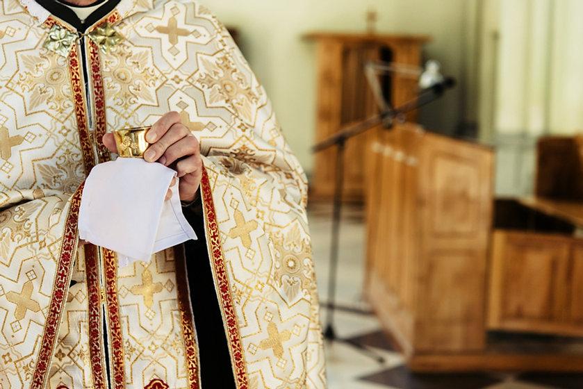 priest-holding-chalice-for-communion-YRJ