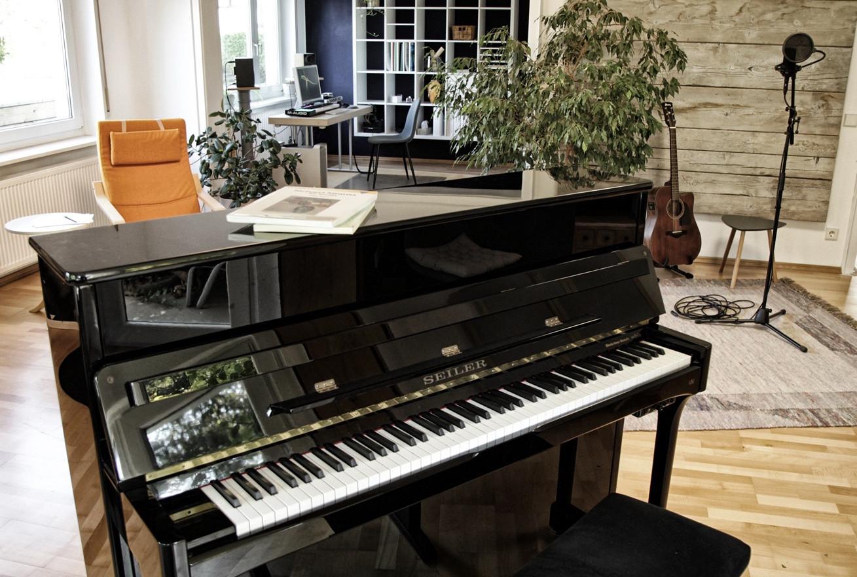 Das Klavier kann per Midi  als hochwertige Einspiel- tastatur dienen.