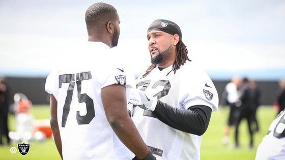 Raiders' Donald Penn taking rookie offensive tackles under his wing