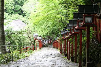 京都貴船神社への参道、緑と燈炉がきれい
