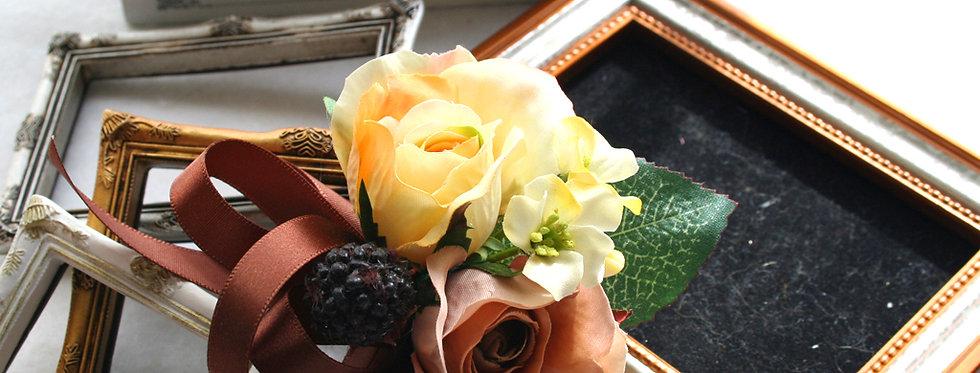 CS011:黄色とブラウンの小さなバラのコサージュ