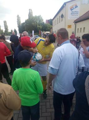 A 5  17 giugno 2017 Wittenberg tifosi locali richiedono autografi .jpg
