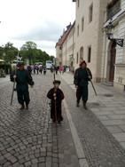 A 7  Wittenberg scortati dalle guardie in costume d'epoca in visita alla città.jpg