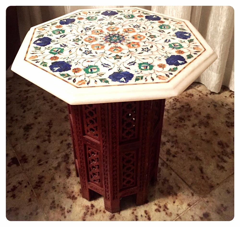 mesa em mármore com incrustações de pedras como ambar , malaquita , lápis lazuli, turquesa