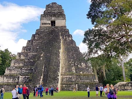 Tikal -  Pirâmides e Ruínas  Maias no meio de uma floresta  tropical