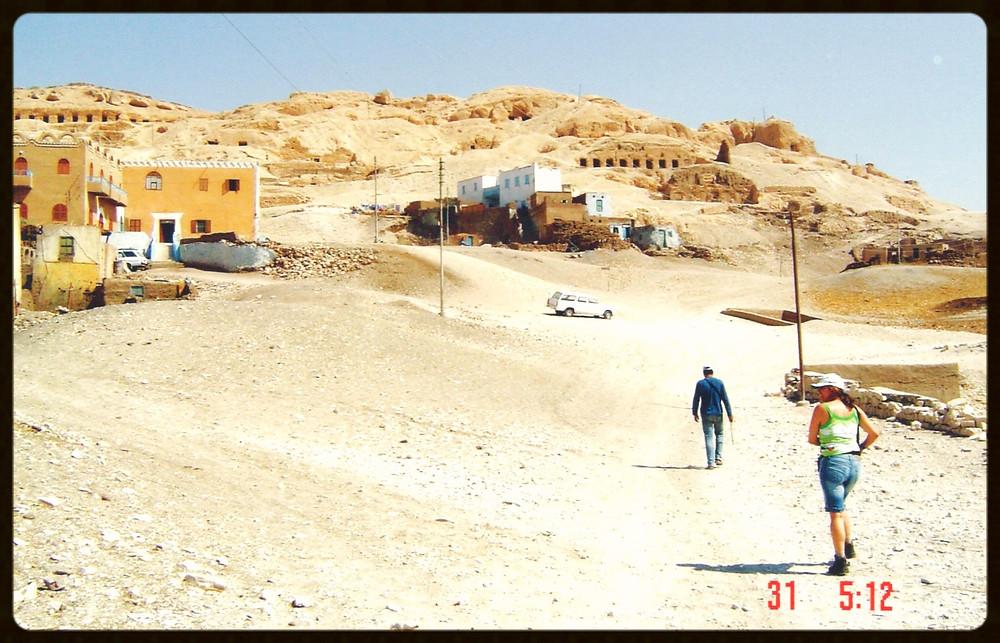 Subindo a montanha para visitar as tumbas - Egito