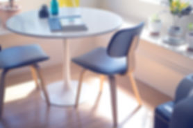 カウンセリング用向かい合った椅子とテーブル