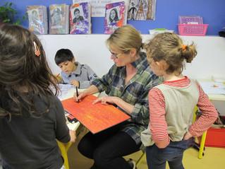 Une illustratrice dans la classe