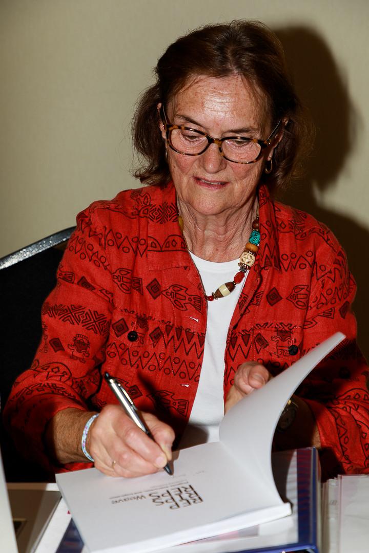 Lucienne Coifman signant son livre.