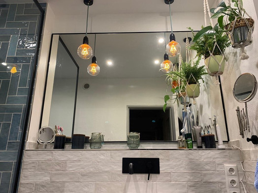 Spiegel mit Metallrahmen fürs Bad