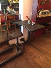 Tischplatte und fest installierter Barhocker