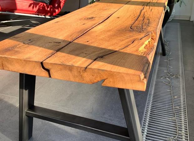Bank aus rustikalem Holz und Metall
