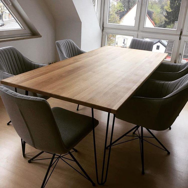 Holztisch mit Metallgestell